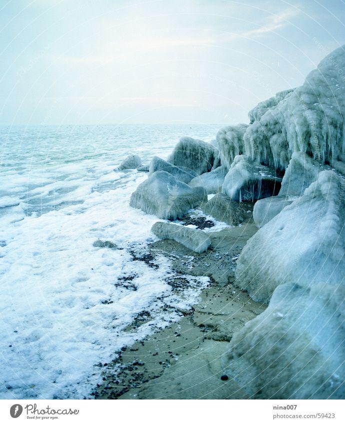 Vereiste Ostsee Meer kalt Winter Eis blau Felsen Wasser Stein