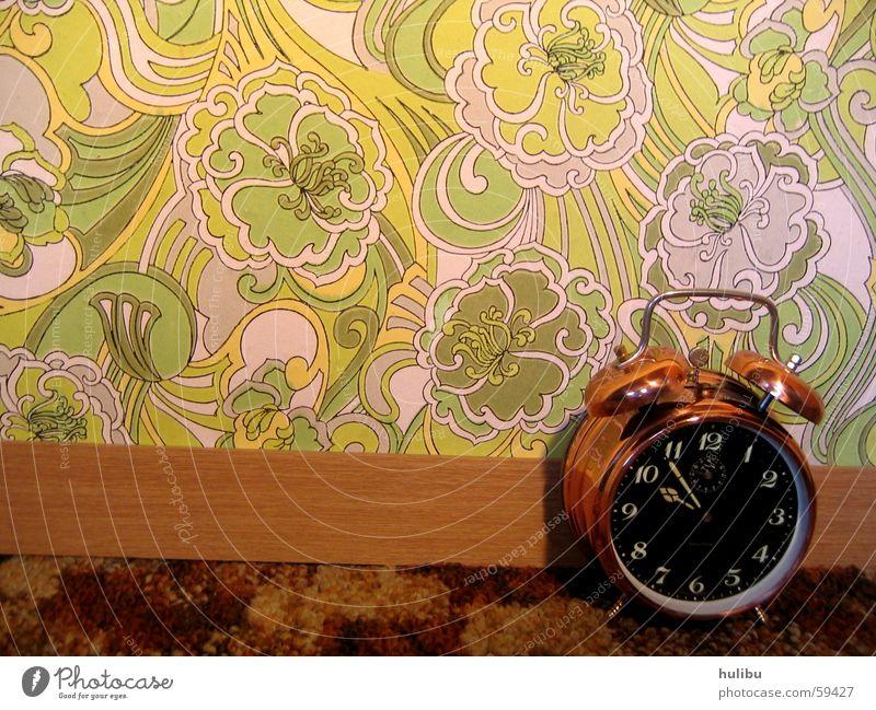 ring ring 2 Wecker Uhr Wand Tapete mehrfarbig Knöpfe Muster Blume Blumenmuster Siebziger Jahre Sechziger Jahre Zifferblatt Teppich braun grün clock Farbe