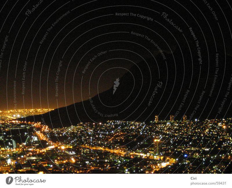 Cape Town Nightshot Stadt Straße Lampe dunkel Berge u. Gebirge Küste glänzend Hochhaus Afrika Nacht glühen Atlantik Nachtaufnahme Südafrika Kapstadt