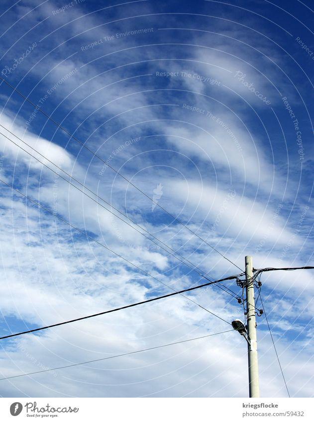himmelmast Himmel blau Wolken Lampe Energiewirtschaft Elektrizität Kabel Strommast