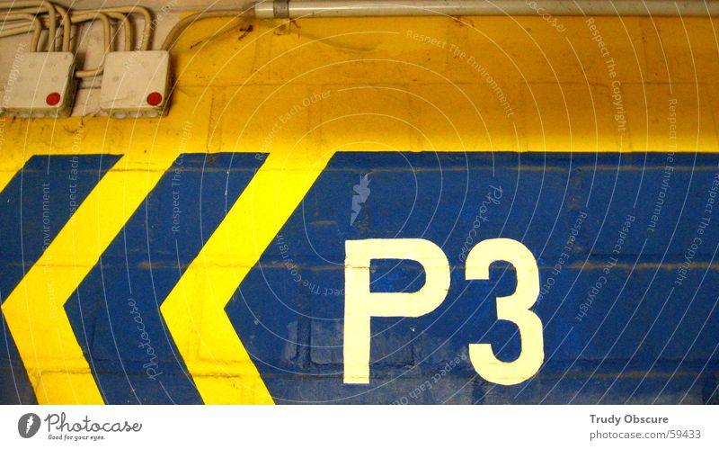 <<< P3 weiß blau gelb Farbe Wand Mauer Elektrizität Kabel Schriftzeichen Ziel Ziffern & Zahlen Buchstaben Punkt Pfeil Zeichen Backstein