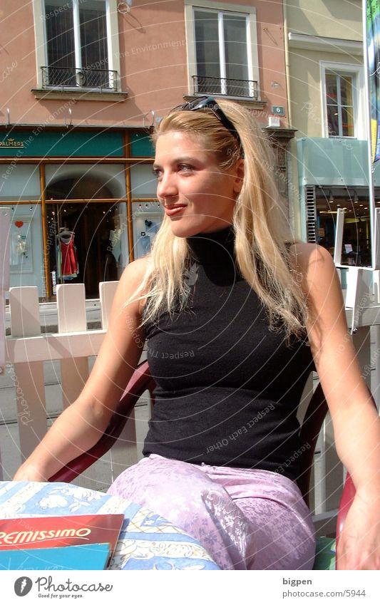citylady Frau Stadt Café blond Tisch schön sitzen Straße
