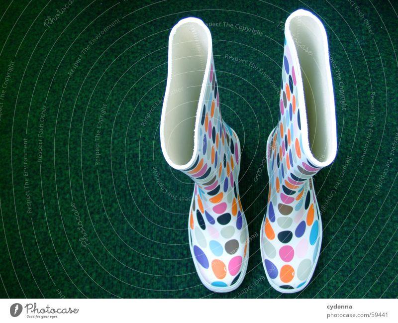 Retro Chic I Gummi Gummistiefel retro Stil Schuhe Bekleidung stehen Dinge flippig mehrfarbig Vogelperspektive reinschlüpfen Kunstrasen Punkt Farbe Wetter Schutz