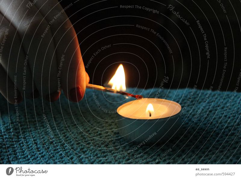 Eine Kerze anzünden Hand Finger Feuer Herbst Winter berühren Erholung leuchten Wärme gelb orange türkis weiß Stimmung Geborgenheit Warmherzigkeit Romantik Güte