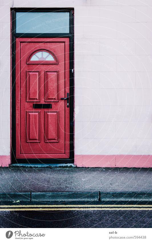 Rote Tür Lifestyle elegant Stil Design Häusliches Leben Haus Altstadt Architektur Mauer Wand Fassade Straße alt Armut hässlich einzigartig Originalität rosa
