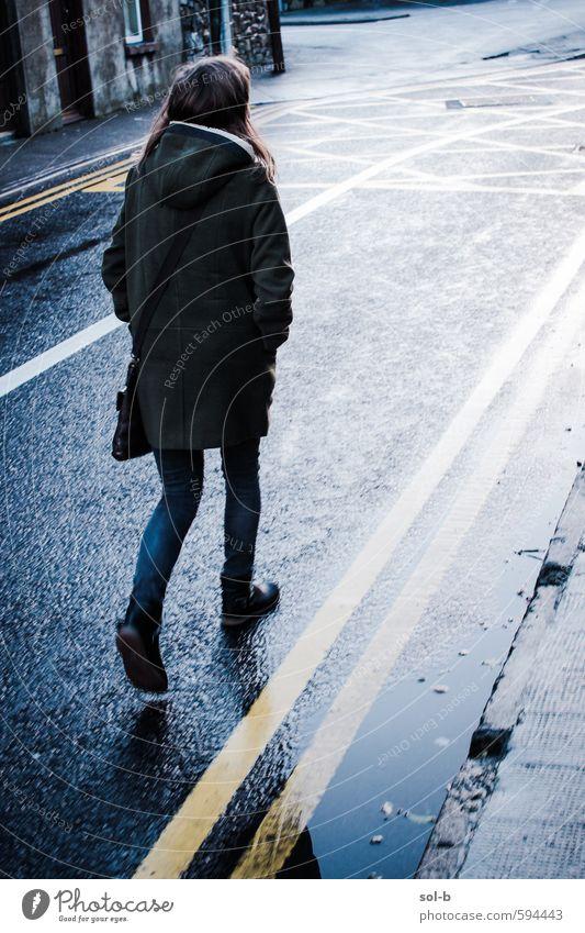 Ruhm Lifestyle Stil Winter Mensch feminin Junge Frau Jugendliche Leben 18-30 Jahre Erwachsene schlechtes Wetter Stadt Stadtzentrum Menschenleer Straße Jeanshose