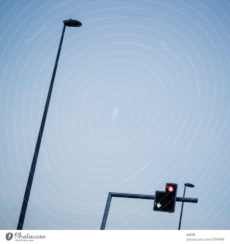 Herunterfallend Städtereise Wolkenloser Himmel Stadt Verkehr Verkehrswege Autofahren Straße Ampel ästhetisch dunkel hoch Beratung Straßenbeleuchtung