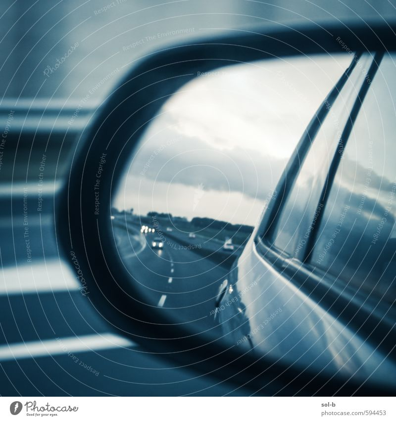 Wolken Ferne dunkel kalt Straße Autofenster Stil PKW trist Lifestyle Verkehr Glas Geschwindigkeit Ausflug Macht Abenteuer