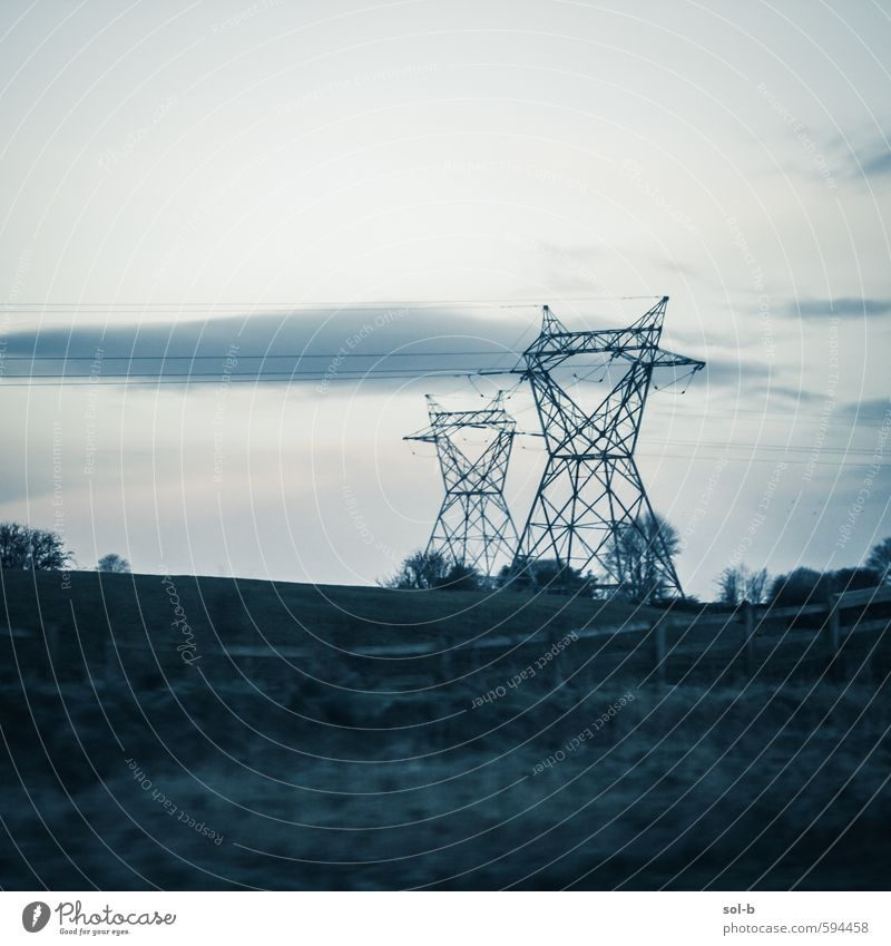 Natur Wolken dunkel Umwelt Wiese Gras Arbeit & Erwerbstätigkeit Feld Energiewirtschaft modern Zukunft Elektrizität Technik & Technologie Industrie Bauwerk Zaun