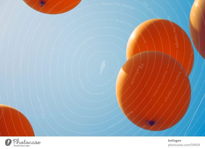 flieg3 Schnur Lebensfreude Luftballon fliegen Froschperspektive Gummi orange blau Himmel Luftverkehr Seil aufwärts Knoten