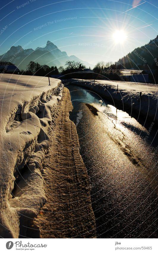 Grubenstrasse #3 Wasser schön Himmel weiß Baum Sonne blau gelb Straße Schnee Berge u. Gebirge Stimmung nass Aussicht Strommast Leitung