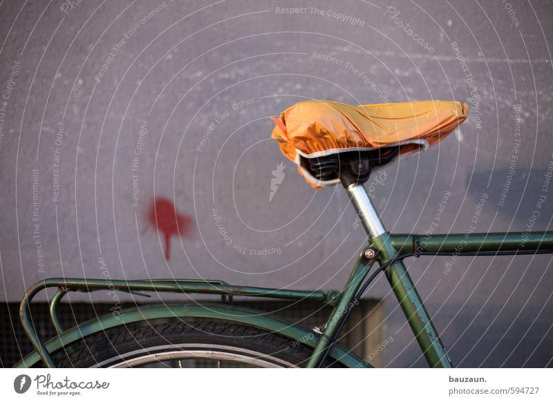 der rote punkt. Freizeit & Hobby Fahrradfahren Ausflug Fitness Sport-Training Haus Mauer Wand Fassade Fenster Fahrradsattel Metall Kunststoff Graffiti grün