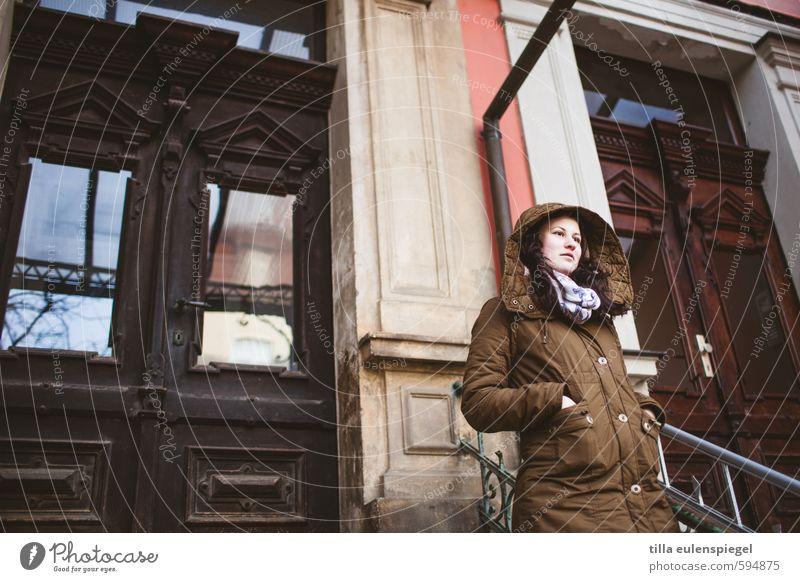 außer Haus Winter feminin Junge Frau Jugendliche 1 Mensch 18-30 Jahre Erwachsene Stadt Fassade Tür Mantel frieren Blick warten kalt braun Gelassenheit geduldig