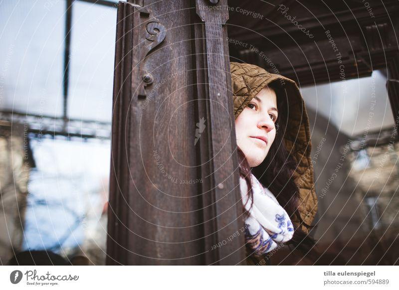 Gute Aussichten 2014? III Mensch Frau Jugendliche schön Junge Frau 18-30 Jahre Erwachsene Fenster feminin braun Tür Zufriedenheit beobachten Hoffnung Neugier