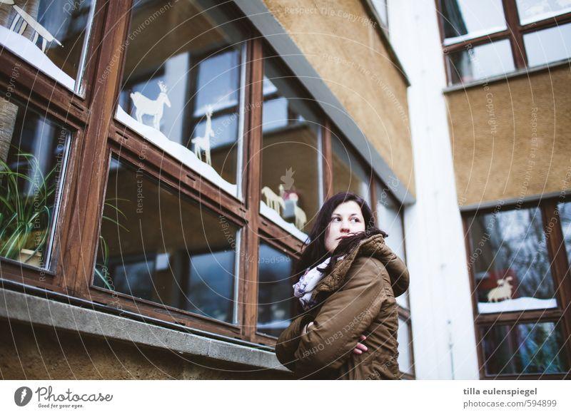 Hofaufsicht feminin Erwachsene 1 Mensch 18-30 Jahre Jugendliche Haus Gebäude Fassade Fenster beobachten stehen Traurigkeit kalt braun Wachsamkeit Neugier