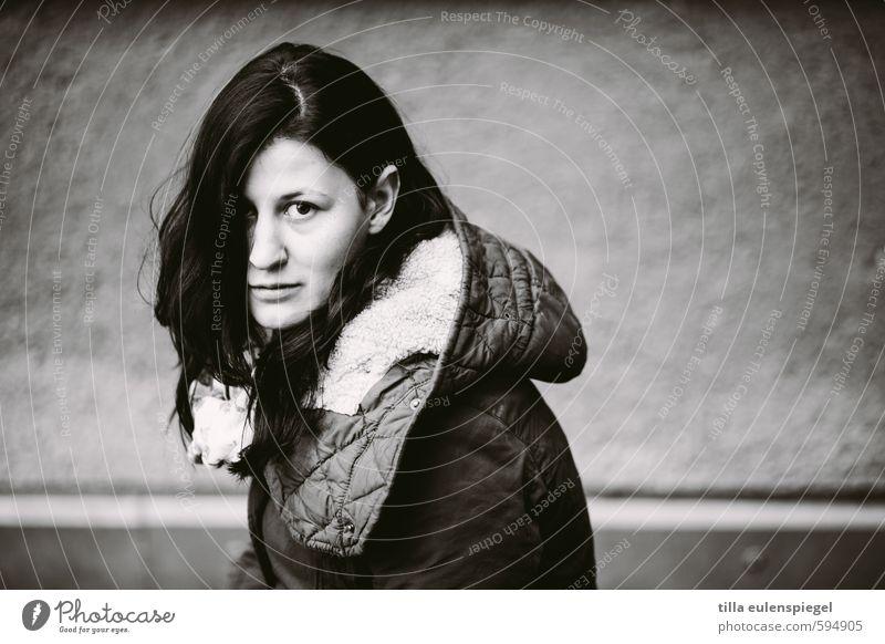 . feminin Junge Frau Jugendliche Erwachsene Leben 1 Mensch 18-30 Jahre Mantel schwarzhaarig brünett langhaarig beobachten warten dunkel kalt natürlich schön
