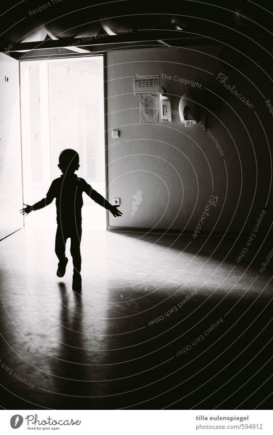 Schattenkind maskulin Kind Junge Kindheit 1 Mensch laufen stehen dunkel schwarz weiß Angst Tür Umrisslinie unheimlich gruselig Lichtschein Schattenspiel