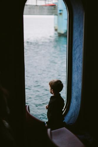 Gute Aussichten 2014 II Kind Junge Kindheit Mensch 3-8 Jahre beobachten dunkel kalt klein niedlich blau achtsam ruhig Neugier Interesse entdecken stagnierend