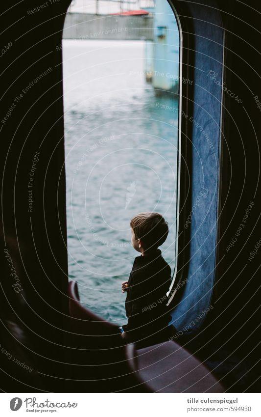 Gute Aussichten 2014 II Mensch Kind blau Wasser ruhig dunkel kalt Fenster Junge klein Kindheit Aussicht beobachten niedlich Neugier Ostsee