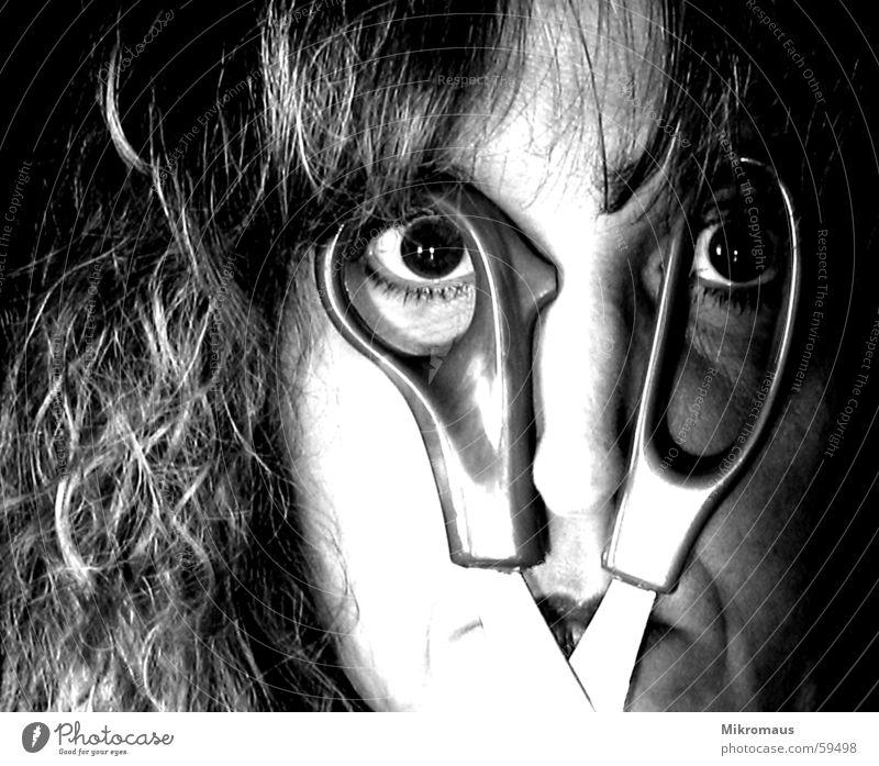 Irgendwie sitzt die Brille heute nicht Schwarzweißfoto Blick verrückt fantastisch irre Auge Schere Kontrast Nase Mund Gesicht falsch Frau obskur Momentaufnahme