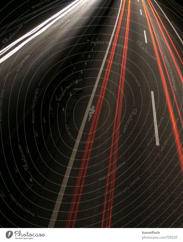 Licht in der Dunkelheit... weiß rot Straße Lampe dunkel Schweiz Spuren Autobahn Geländer Sicherheitslinie