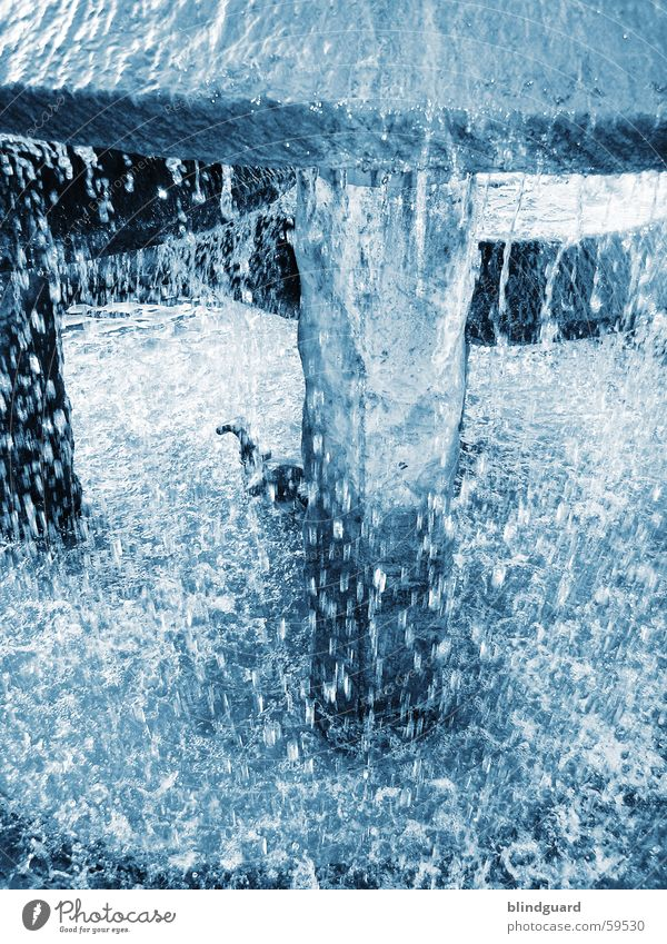 Plitsch Platsch Brunnen fließen Sommer Wasser blau Wassertropfen Bewegung water blue