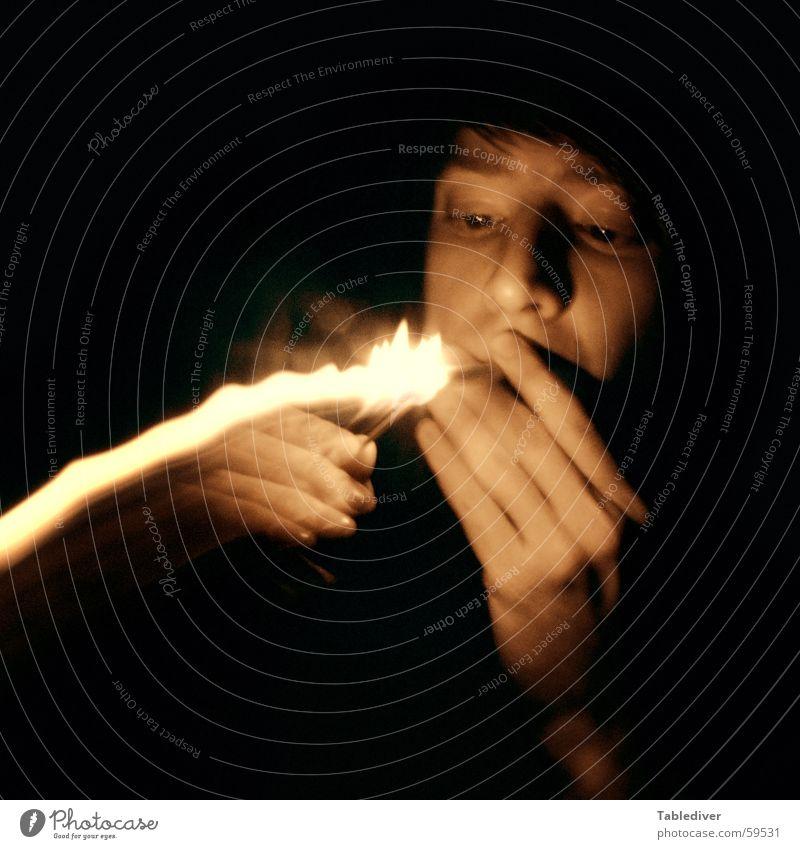 zündend Hand Gesicht dunkel Kopf Brand Finger Rauchen Blitze Zigarette brennen Streichholz Feuerzeug anzünden Vor dunklem Hintergrund