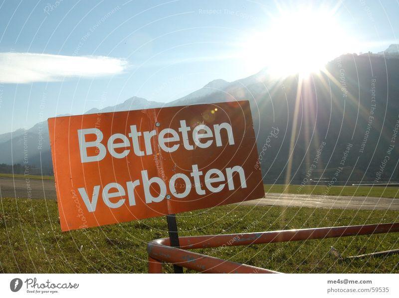 ... immer schön drauftrampeln Himmel weiß Sonne grün blau rot Wolken Ferne Straße Gefühle Gras Beleuchtung Flugzeug gehen Schilder & Markierungen Rasen