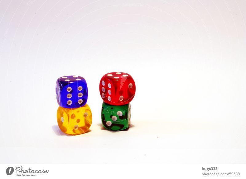 vier würfel gestapelt harmonierend vor weissem hintergrund grün blau rot Auge gelb Spielen Glück Würfel Turm 4 Desaster Ziffern & Zahlen aufeinander würfeln