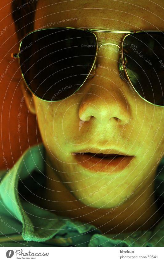 Endstation Pornographie Brille Pornobrille Mann Jugendliche Bartansatz gelb grün rot Sonnenbrille beklemmend polohemd blau