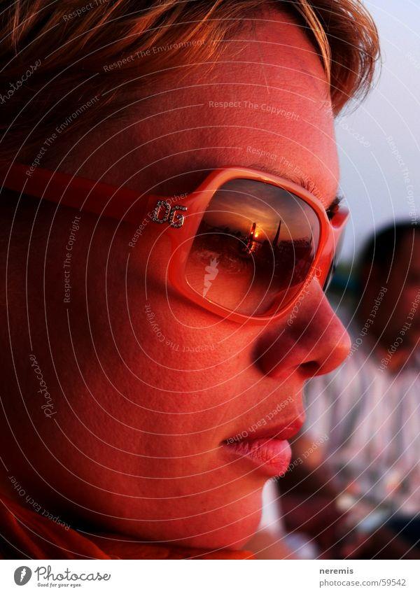 gespiegelt Frau Sonne ruhig Gesicht Erholung Freiheit Denken träumen Stimmung orange Brille Romantik Lippen genießen Sonnenbrille Österreich