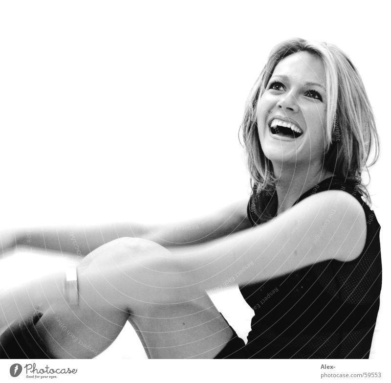 zest for life Frau schön niedlich süß Fröhlichkeit Lebensfreude schwarz weiß blond Porträt lachen Glück Freude Schwarzweißfoto sitzen