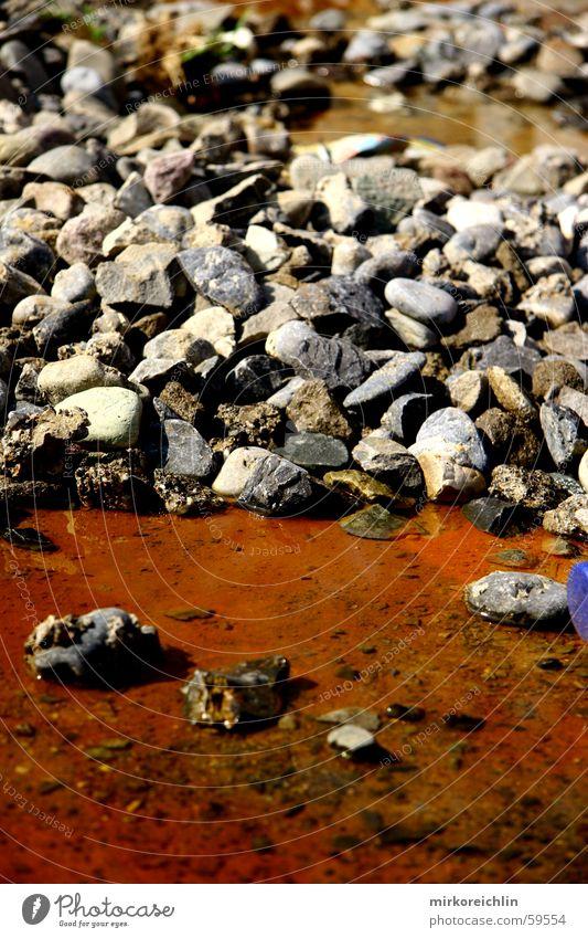 Steine im Rostwasser Wasser rot Licht orange red water stone light hell Kontrast
