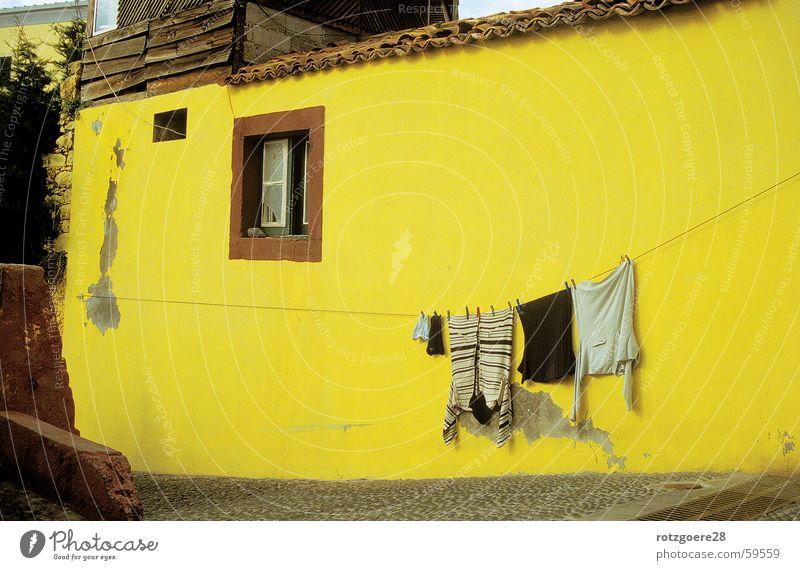 Gelbstich Haus Madeira gelb Wand Wäsche Wäscheleine Bekleidung alt Sonne Beleuchtung Architektur