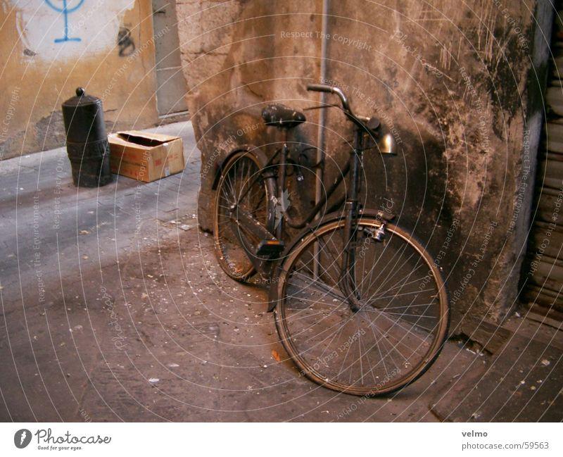 I want to ride my bicycle Gasse Vogeldreck Fahrrad vergessen Italien alt