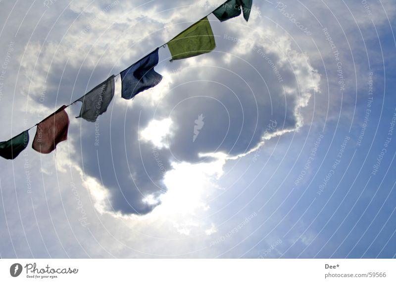 tibetische Gebetsfahnen Tibet Nepal Fahne Wolken Sonnenstrahlen weiß grün Luft Mount Everest Bergsteigen Absturz Himalaya Himmel Wind fliegende fahnen