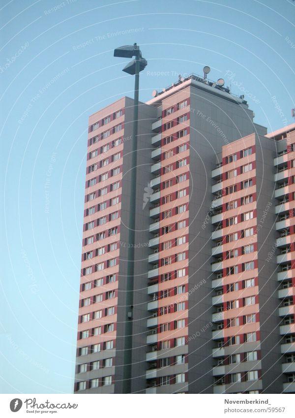 Platte01 Plattenbau Friedrichshain Fenster Straßenbeleuchtung Laterne Berlin DDR fensterreihe