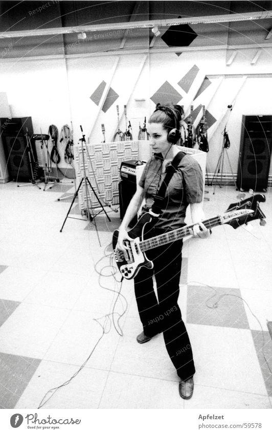 Liz im Studio Werkstatt Popmusik Elektrobass Elektrogitarre Musik Rockmusik Muster rickenbacker Musiker