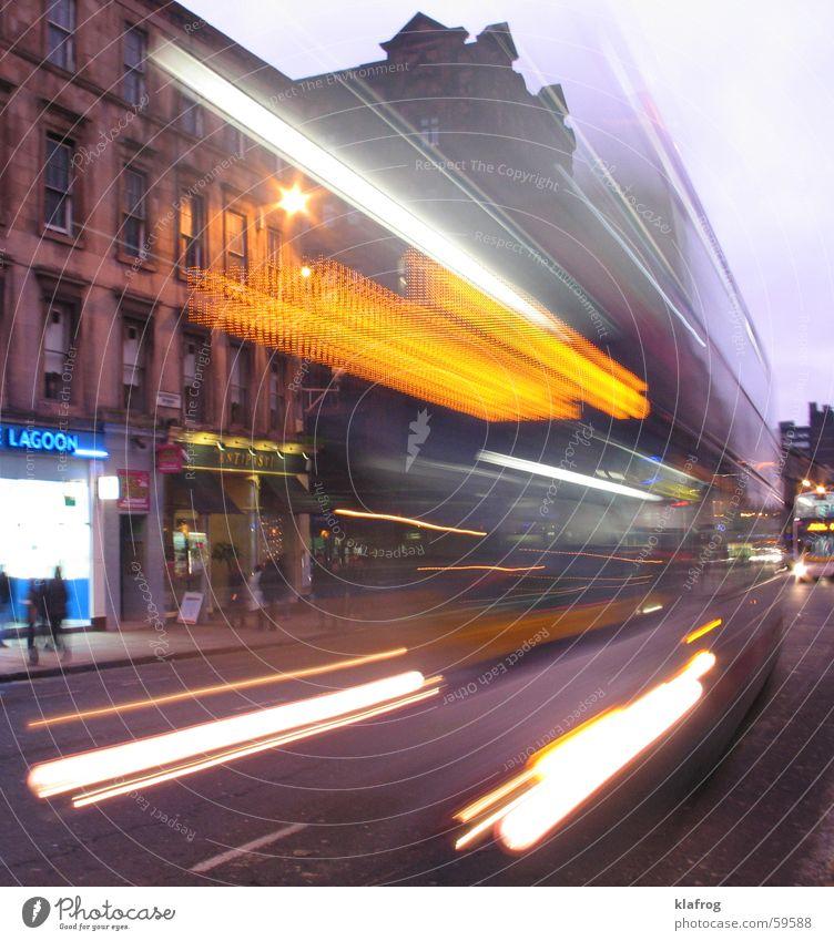 Block-Bus-Da! Stadt Straße Leben Verkehr Geschwindigkeit gefährlich bedrohlich stoppen Bus England Unfall Scheinwerfer Schottland Großbritannien Bremse