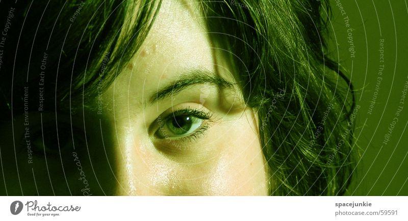 Anna Augenbraue grün Porträt Frau schwarz Blick Gesicht Detailaufnahme Haare & Frisuren