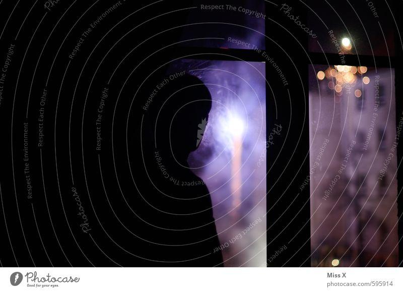 Silvester Nachtleben Veranstaltung Silvester u. Neujahr Mensch Frau Erwachsene Mann 1 bevölkert Hochhaus Fenster violett Feuerwerk glühen leuchten Farbfoto