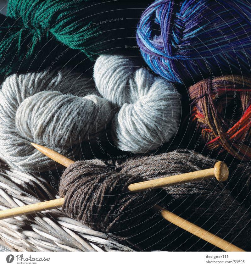 Frauenarbeit ;-) blau grün rot grau braun Strümpfe Pullover Korb Wolle stricken Haushaltsführung Stricknadel Strickpullover