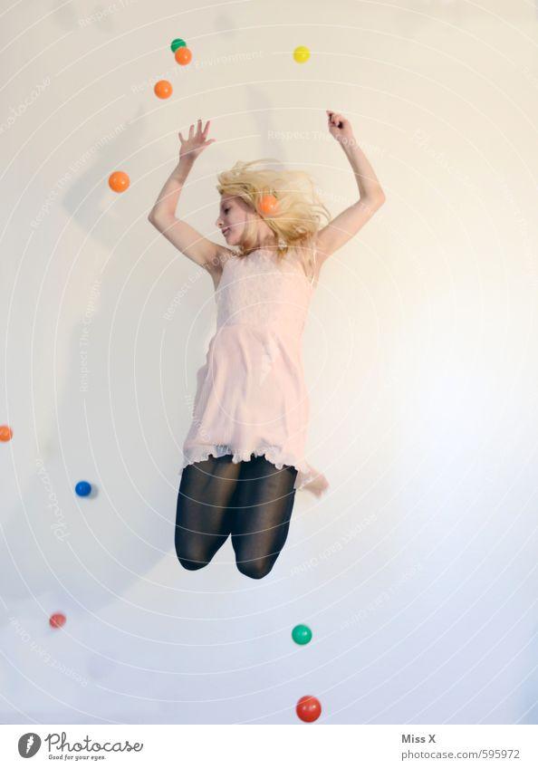 Mein Herz tanzt Mensch Jugendliche Junge Frau Freude 18-30 Jahre Erwachsene Gefühle feminin Spielen Feste & Feiern springen Stimmung fliegen blond Lebensfreude Kleid