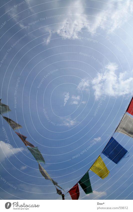 tibetische Gebetsfahnen die zweite Tibet Nepal Fahne Wolken Sonnenstrahlen weiß grün Luft Mount Everest Bergsteigen Absturz Himalaya Himmel Wind