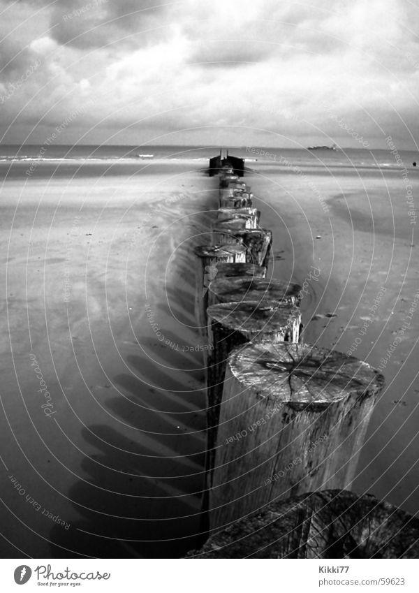 StrandZaun 2 Meer Strand Wolken Holz Stein Sand Wellen Leidenschaft Pfosten schlechtes Wetter
