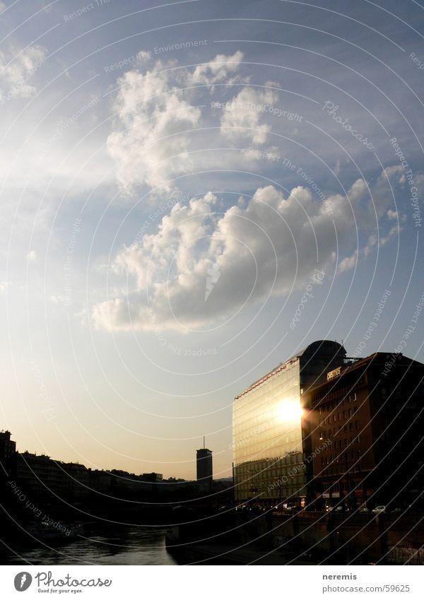 die ruhe vor dem sturm (1) Reflexion & Spiegelung Fenster Stadt Wien Wolken Fassade Österreich Sonnenuntergang Wasser Abwasserkanal wienfluss