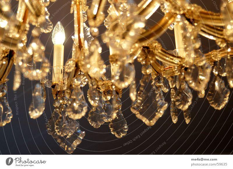 ...da auch nicht. Kronleuchter geschmackvoll schön Reichtum Geschmackssache Leuchter Bleikristall Lichttechnik Beleuchtungselement Lichtbrechung Edelstein