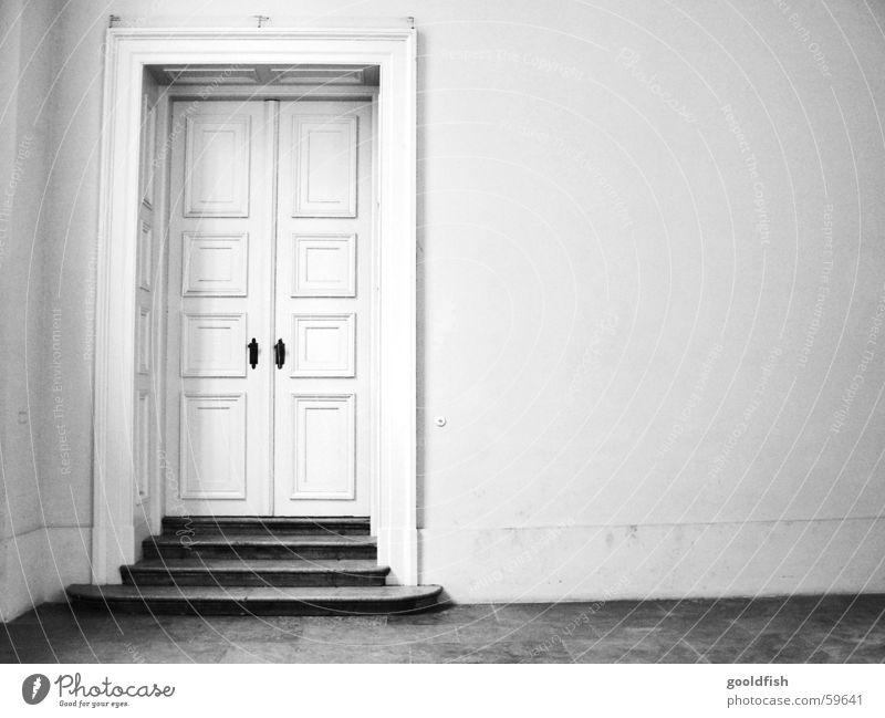 keiner zuhause Eingang einfach geschlossen Einsamkeit Wand Altbau Saal Tür alt Schwarzweißfoto Treppe Raum Burg oder Schloss