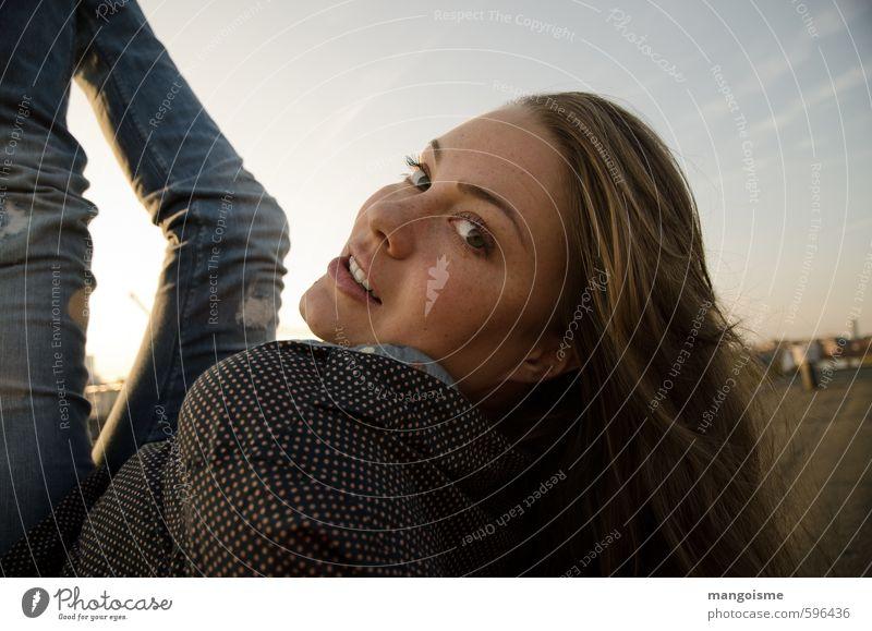 Look! Junge Frau Jugendliche Kopf schön Kitsch modern Neugier sportlich blau selbstbewußt Begierde Wachsamkeit Zukunft unsicher lässig Dach Blick Sommersprossen