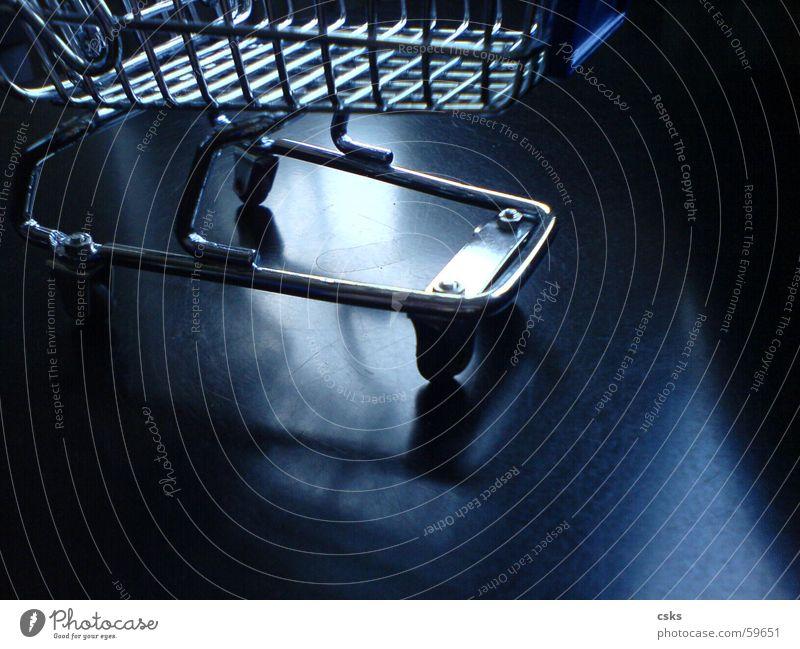 shopping! kaufen Einkaufswagen schwarz Reflexion & Spiegelung glänzend Korb Einkaufskorb blau silber Rolle